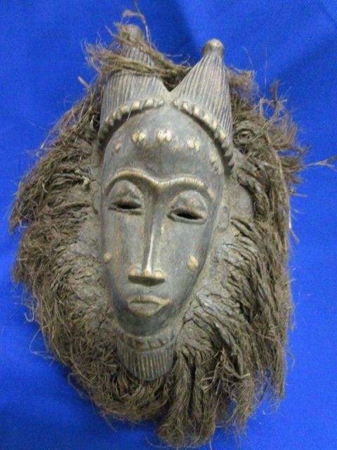 Kpan Totem masker - BAULE - Ivoorkust  BAULE Kpan Totem masker - Ivoorkust. Hout; Pigmenten; Oude patina. Lichte sporen van erosie vanwege de leeftijd.Object van de collectie; 34 cm.Zorgvuldige en express zending gegarandeerd.De Goli is een dagactieve show waarbij het hele dorp.Het is een zeer populaire dans vrij complex die kan worden gedanst voor amusement maar ook voor begrafenissen van belangrijke mensen.Het masker verschijnt door paar mannelijk/vrouwelijk.In volgorde zijn er de Kple…