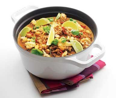 Låt denna mustiga quorngryta värma dig en kylig höstdag! Smakerna från bland annat curry, kokosmjölk, vitlök och chili gör grytan smakrik och intensiv. Servera grytan med mumsigt naanbröd och middagen är komplett!