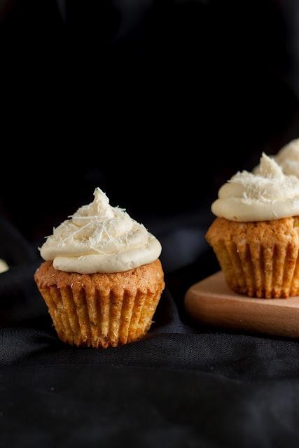 Modern Taste: Cupcakes waniliowe z kremem z białej czekolady: Modern Tasting, Chocolates Cream, Białej Czekoladi, Cupcake Waniliow, Coconut Cream Cupcake, Cakes Recipe, White Chocolates Cupcake, Vanilla Cupcake, White Chocolates Frostings