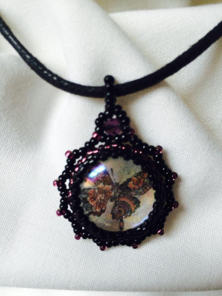 Pendentif cabochon en verre décor papillon création originale de Lilla