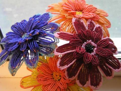 Разноцветные герберы из бисера