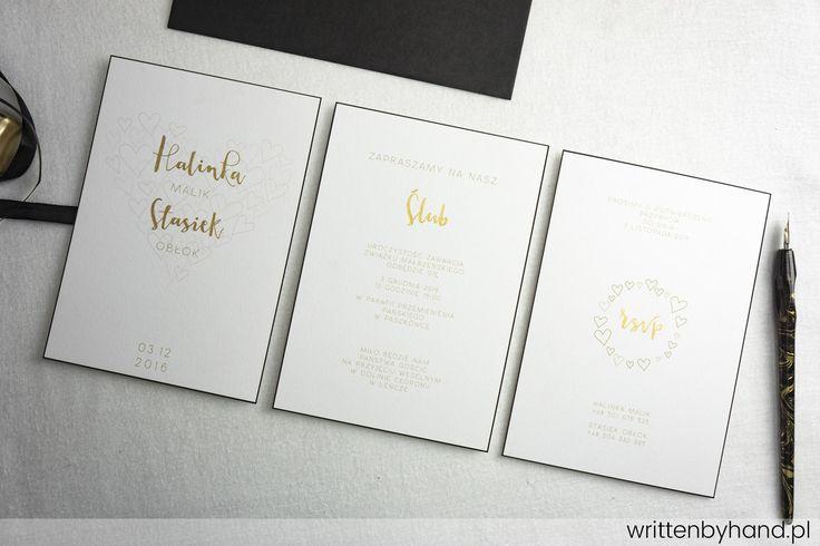 Ręcznie wykonane, niezwykle eleganckie pozłacane zaproszenie ślubne, w którym głównymi elementami są kaligrafowane Imiona Państwa Młodych, napis Ślub oraz rsvp a na kopercie Imiona i Nazwiska osób zaproszonych !