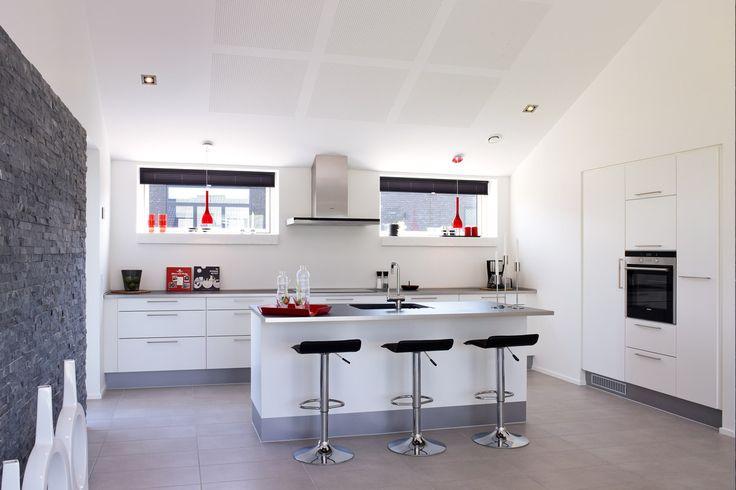 Smagfuldt indrettet køkken/alrum med store grå klinker på gulvet ...