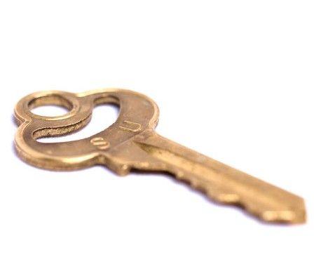 Po uwolnieniu dostępu do zawodu pośrednika nieruchomości, przechodzą oni do kontrofensywy. Polska Federacja Rynku Nieruchomości postanowiła nadawać na zasadzie dobrowolności licencje pośrednikom nieruchomości, a klienci mogą sprawdzić ich wiarygodność w specjalnym rejestrze.  http://nieruchomosci.malopolska24.pl/2014/02/jak-sprawdzic-posrednika-nieruchomosci-rejestr/