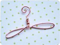 Mini Wire Hanger. Tutorial para hacerlo. Para decorar... hermosos!!! http://kellbellestudio.blogspot.com