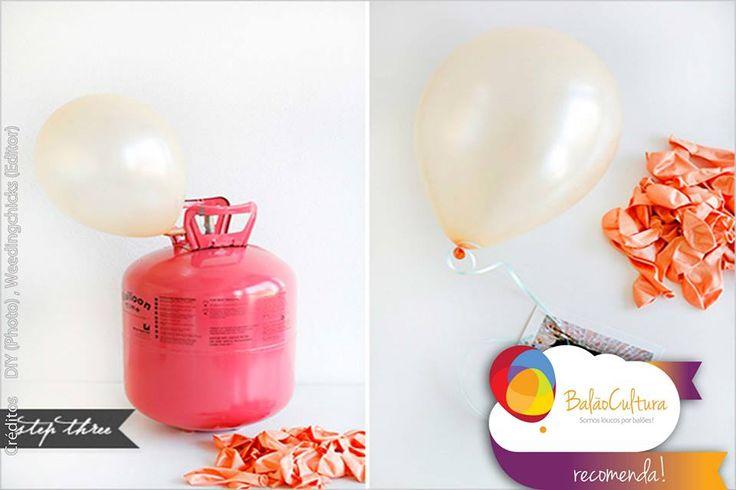 Passo 4: Tutorial: Balões com foto Terceiro Passo:  Infle o balão com o cilindro de gás hélio e dê um nó no balão para segurar no hélio.   Pegue uma das fotos e prenda a outra extremidade do fitilho e a outra ponta prenda ao balão.  A maneira mais fácil de fazer é deixar o nó do balão frouxo.  Cote conosco os materiais: contato@balaocultura.com.br #balaocultura #balãocultura #tutorialbalãocomfoto #tutorialbalaocomfoto #fotonobalao #balaocomgashelio #façavocemesmo #façafácil
