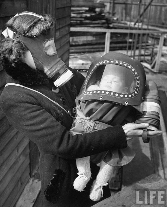 Hans Wild - Una mamma e il suo bambino nel corso di un'esercitazione con maschere antigas durante la Seconda guerra mondiale, Londra 1941