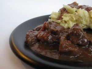 Vandaag stond er oerdegelijke Vlaamse kost op tafel: stoofvlees met kolenstoemp. Eigenlijk wou ik stoemp van babykooltjes (spruitjes dus ;-)) maken, maar Grote Pruts had geluk dat deze niet voorrad...