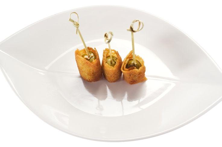 Mettere in un contenitore i filetti di rana pescatrice tagliati a dadini e ricoprirli interamente d'olio. Aggiungere odori, pepe in grani e risc