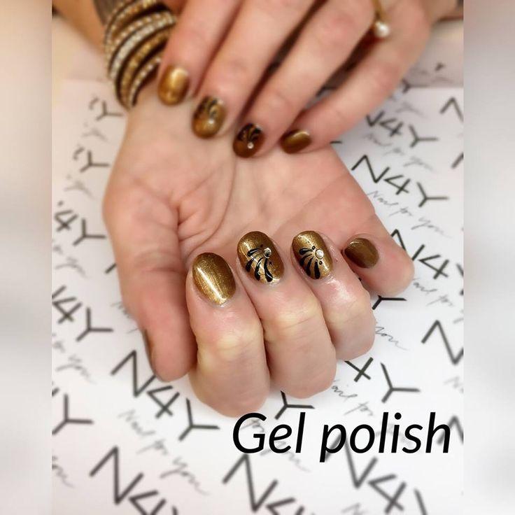 Gel polish gele negle her i Kobber farve, med lidt nail art i sort.
