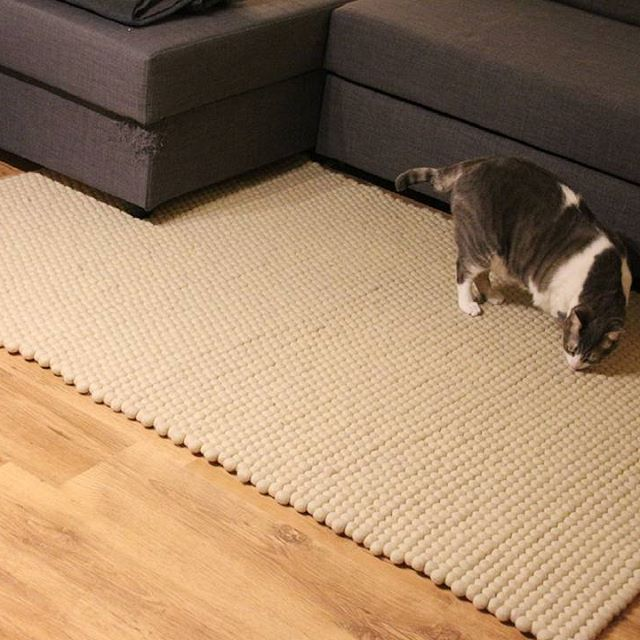 Quando sono i nostri animali domestici a testare la qualitá di un prodotto! Scoprite qui come vengono fatti i nostri morbidi tappeti di palline: http://www.sukhi.it/fare-un-tappeto-di-palline-feltro