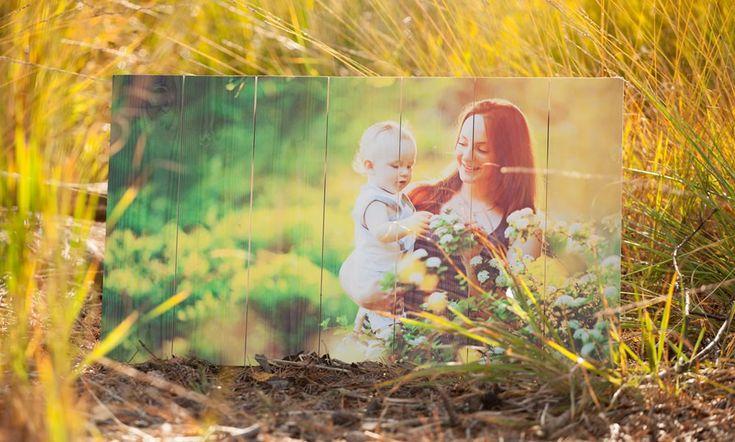 Voorbeeld van een foto op hout | Materiaal Whitewash Vuren | Ook een foto op hout? Bestel eenvoudig en snel op www.timberprint.nl #fotoophout #familiefoto #whitewash