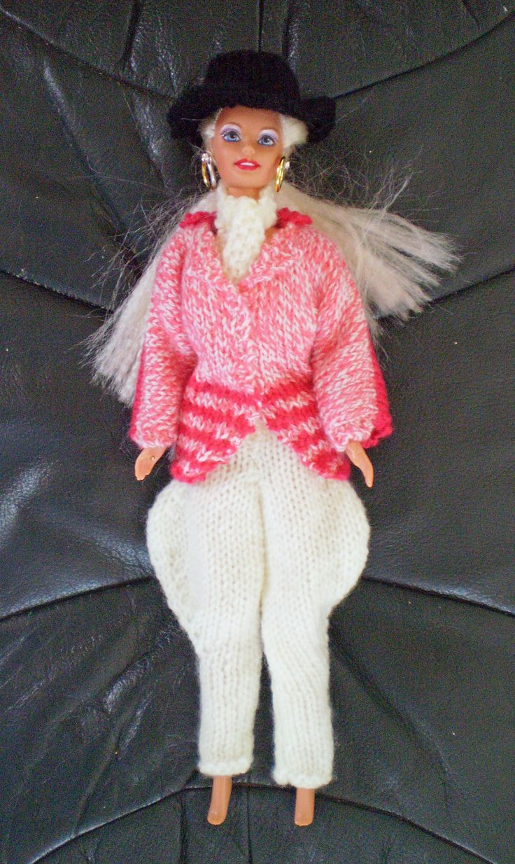 I knitted this Barbie riding outfit for my Grandie Isabelle.