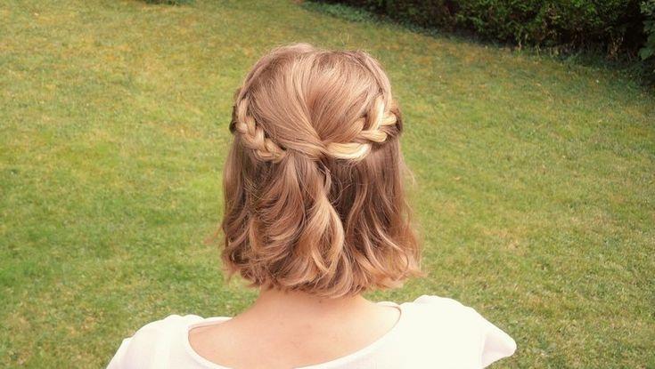Une coiffure pour cheveux courts et dégradés ? La demi-queue de cheval revisitée ! Agrémentée de tresses collées, elle est très simple à réaliser !