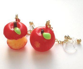 小さな小さな美味しそうな蜜りんごが、耳元でゆ~らゆら。1個はかじりかけ、もう1個は美味しくて食べすぎちゃってます・・・左右で違った表情をお楽しみいただけます。...|ハンドメイド、手作り、手仕事品の通販・販売・購入ならCreema。