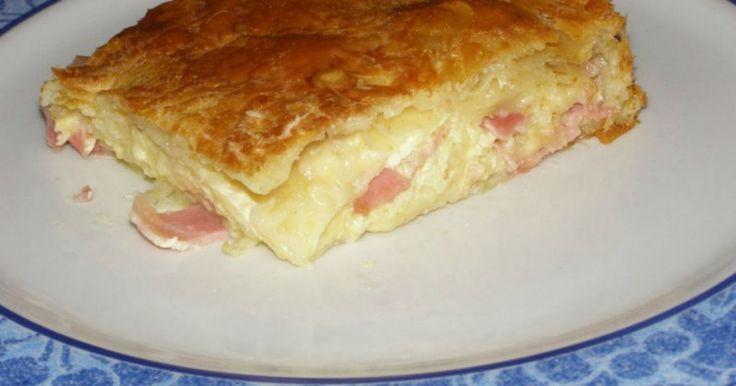Ζαμπονοτυρόπιτα. Μια συνταγή για μια υπέροχη αφράτη ζαμπονοτυρόπιτα με μπεσαμέλ. Μια πίτα που είναι αγαπημένη για όλη την οικογένεια και για όλες τις ώρες. Κατάλληλη και για πρωϊνό και συνοδευτικό στο γεύμα για δείπνο ή