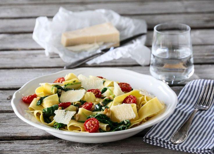 Pasta med ruccula, tomater og parmesan