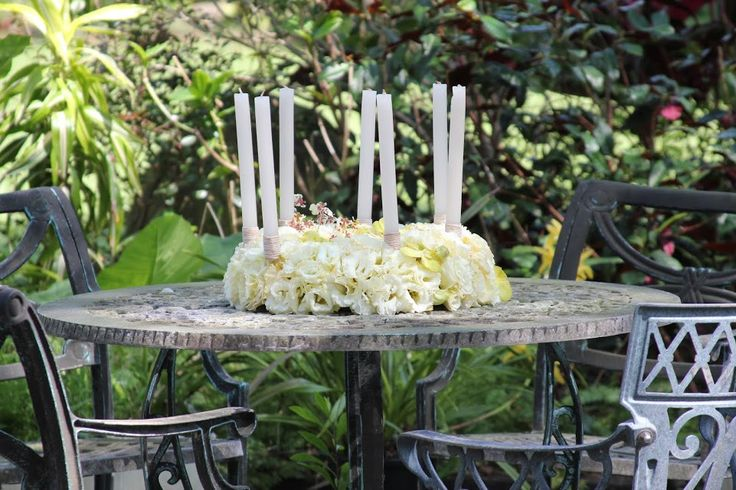 yellow Lysianthus candle centerpiece #centerpiece #table #workshop #flowers #timobolte #yellow #candles #garden #dinner #wedding