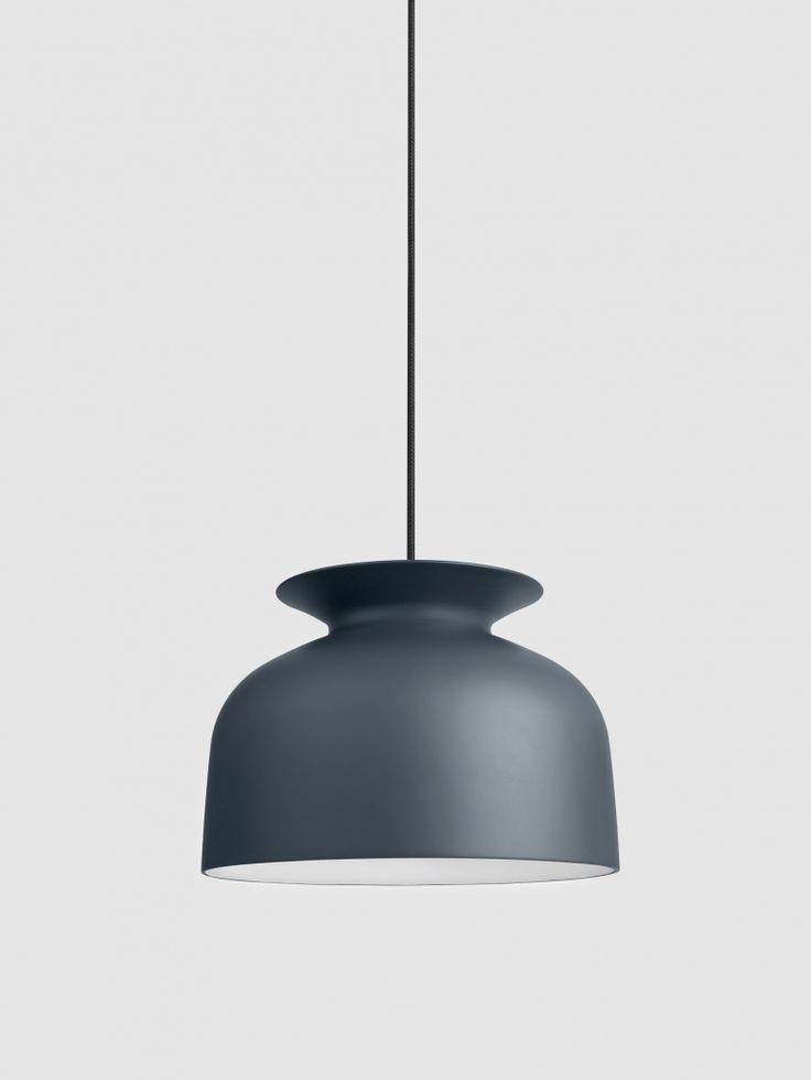 Ronde-taklampa är en designreferens till 1970-talet; men i en modern tolkning. En unik detalj är öppningen på toppen av lampan, som tillåter ljuset att även spridas uppåt. Den ultramatta lacken gör att skärmen nästan ser ut som om den var gjord av keramik. Designad av Oliver Schick. Ljuskälla ingår ej.