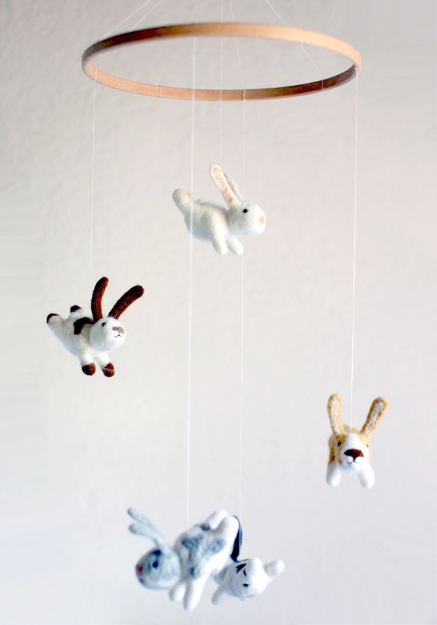 Süßes Mobile mit gefilzten Miniaturen Hasen, perfektes Geschenk zur Geburt / cute miniatur felt bunny mobile for children's room, perfect birth gift made by Studio Sandman via DaWanda.com