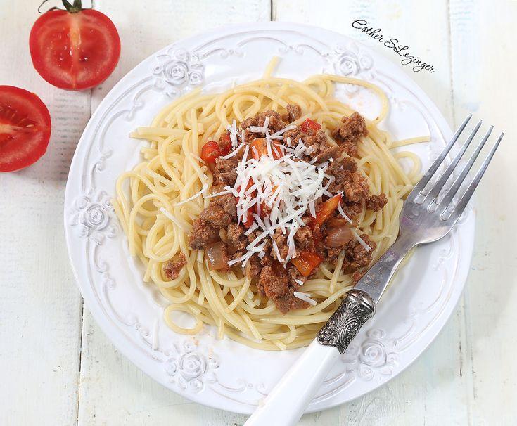 Вкусный полезный обед: макароны с фаршем из индейки.  Ингредиенты: Фарш из индейки: 500 г. Лук репчатый: 1 шт. Перец болгарский: 1 шт. Томатная паста: 2 ст.л.