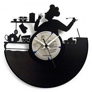 Orologio realizzato con Disco In Vinile originale intagliato. Raffigura uno chef nella sua cucina.  Il colore dell'etichetta centrale del disco è casuale. Diametro 30cm, disco nero etichetta casuale, Misura 30x30cm.
