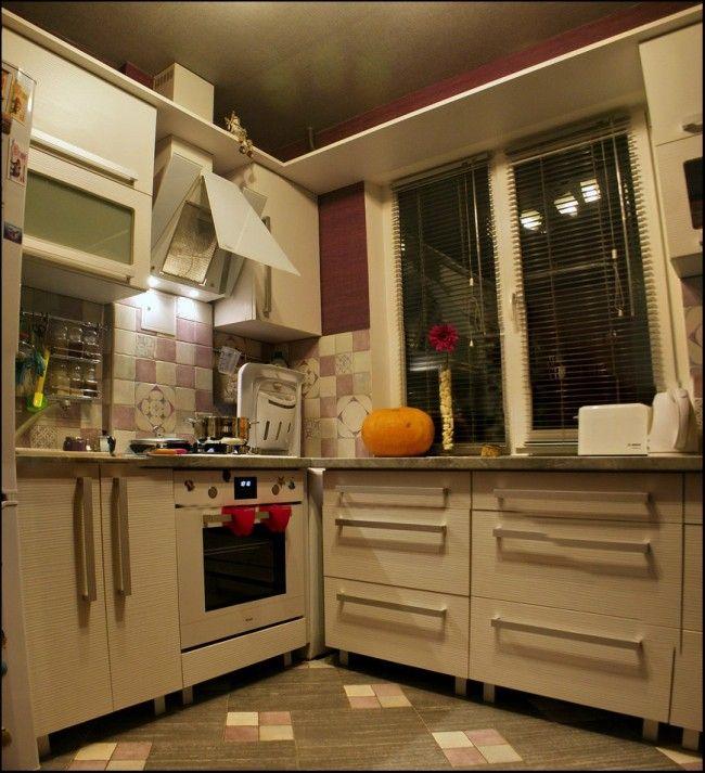 Угловой гарнитур из ЛДСП на маленькой кухне площадью 5,5 кв. м