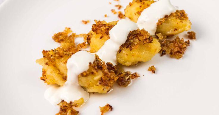 Mennyei Dödölle (Gánica) recept! A dödölle, másik nevén gánica lassan igazi kuriózum lesz, olyan ritkán készítik, pedig hajdan igen népszerű volt. Önmagában tejföllel meglocsolva, köretként elsősorban vadételekhez fogyaszthatjuk. Ismert túrós változat is, ez most a hagyományos dödölle serpenyőben sütve recept.