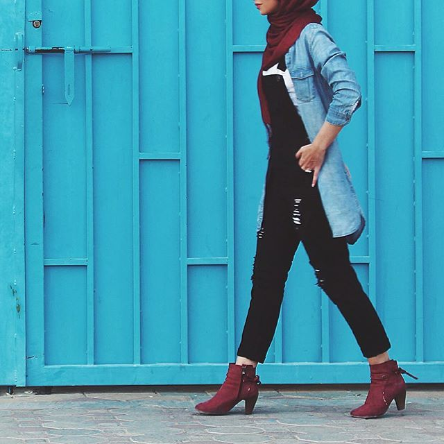 I have a secret relationship with overalls ❤️ Overall: @jennyfer Denim shirt: @hm Boots: 2 years old from @zara Hijab: @lifestylegulf