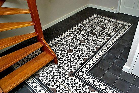 Zwarte cementtegel met patroon in hal