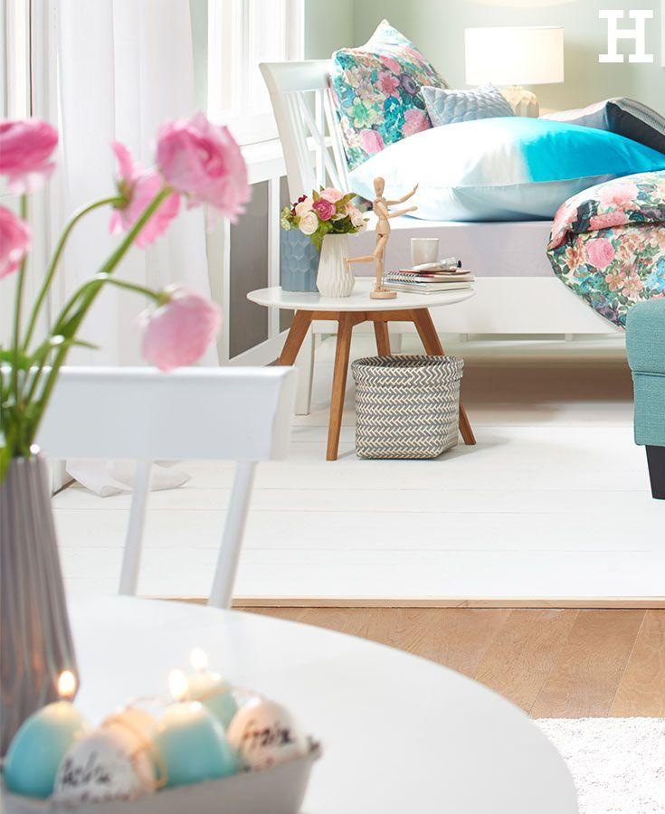 Helle Mobel Und Blumenprints Sorgen Fur Osterstimmung Im Eigenen Zuhause Ostern Blumen Mobel Wohnzimmertische Dekor Haus Deko
