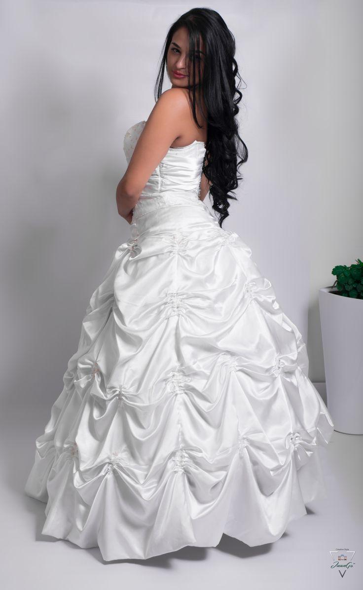 Vestido de novia tipo princesa, con recogidos.