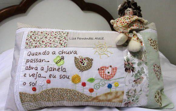 Almofada bordada com frase de música para alguém especial.