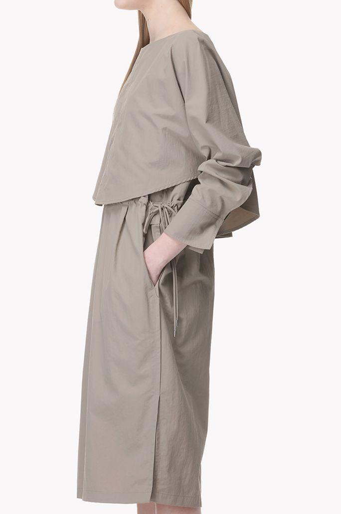 얇고 가벼운 소재의 케이프 드레스입니다. 숄더에 케이프가 고정되어 있으며 뒷면에 트임을 하나의 버튼으로 여미는 방식입니다. 허리선 양 사이드에 드로스트링으로 핏 조절이 가능한 제품입니다. 양옆에 포켓이 있습니다. 커프스에 트임이 있으며 버튼 하나로 여미는 방식입니다. 헴라인 양옆에 슬릿이 있습니다.</br>173cm 모델이 82사이즈를 착용하였습니다.