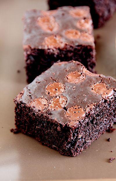 Брауни – американский шоколадный пирог с влажной, мягкой структурой (обзор рецептов можно найти в этой статье). Обычно тесто для брауни готовят из большого количества шоколада, сахара и сливочного масла. Однако и американцы начали «экономить» на калориях и появились, наконец, более легкие рецепты. Один из них я опробовала ранее, и вот теперь еще один подобный рецепт появился в моей копилке. В рецепте использован популярный прием: вместо масла добавлено яблочное пюре, часть шоколада заменено…