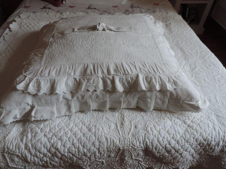 Coussin ou édredon en drap ancien et dentelle style shabby chic : Textiles et tapis par lin-dentelle
