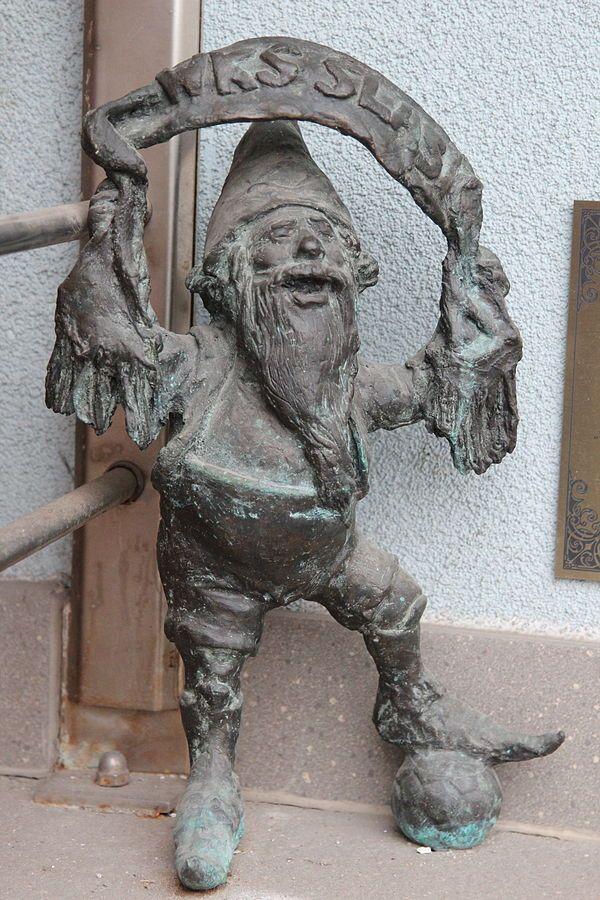 Ślązak (Silesian), wrocławski krasnal znajdujący się przed siedzibą klubu Śląsk Wrocław przy Oporowskiej 62; autor: Marcin Łuczkowski