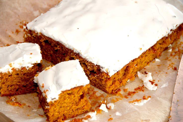 Den bedste opskrift på en hjemmelavet gulerodskage i bradepande. Gulerodskagen er nem at lave, og bliver virkelig luftig og lækker. Alene duften af en hjemmelavet gulerodskage i bradepande er det h…