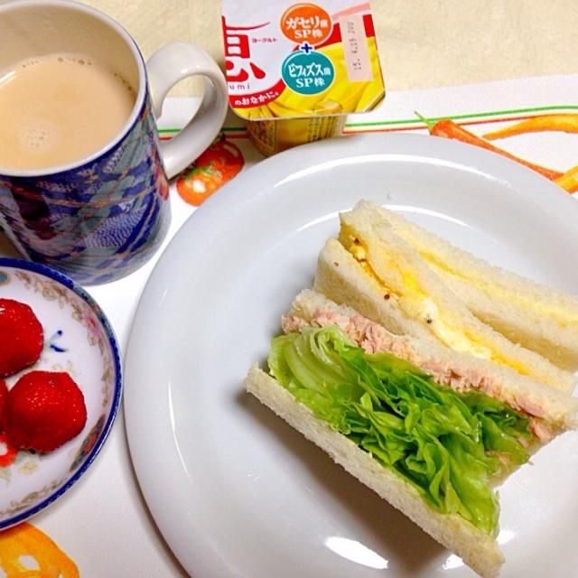 20150407朝食。いちご。ロイヤルミルクティー。サンドイッチ。サンドイッチはツナとレタスのサンドイッチと、関西風の焼いた卵のサンドイッチ、甘いサンドイッチ。甘いサンドイッチは、連れ合いはバターシュガー、わたしはバターメープルシロップ。 - 15件のもぐもぐ - サンドイッチ by Keiko Morita