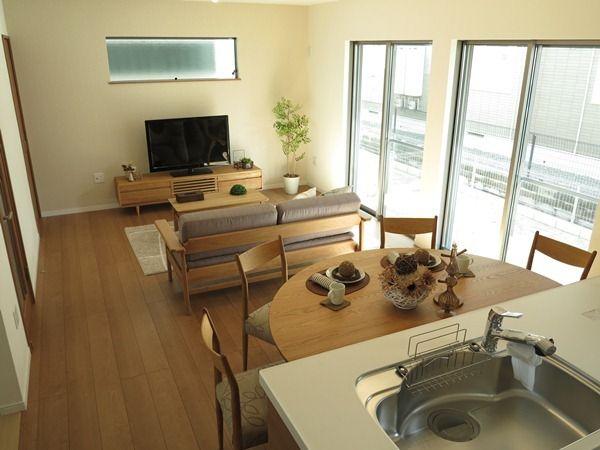 今回提案したコーディネート事例はLDKが16畳ほどの空間で、南側の掃出し窓2窓あることもありテレビボードの設置場所の壁面からキッチンまでのスペースが5m以下という条件にダイニングテーブル、ソファ、リビングテーブル、テレビボードを提案しました!これらのアイテムを縦に並べる場合5メートルではスペースが足りません!そこで家具の形状を工夫することでゆとりのあるリビングダイニングスペースを提案させて頂きました。