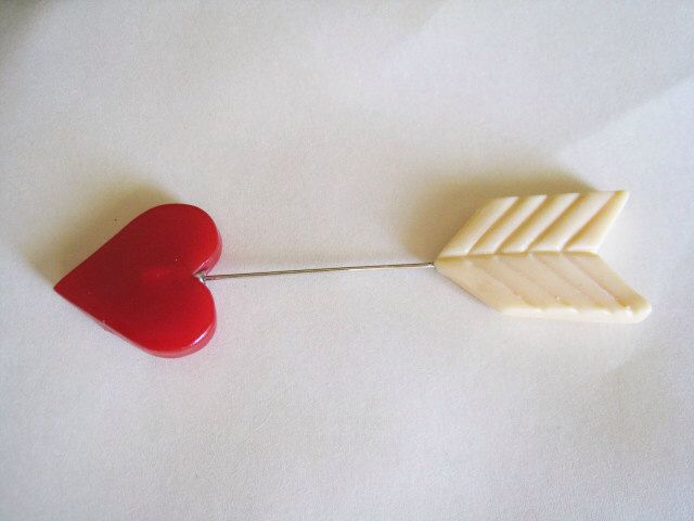 Straight through the Heart & Arrow Brooch Hat Pin -1940's Style Resin(Etsy のMerriWeatherより) https://www.etsy.com/jp/listing/179876962/straight-through-the-heart-arrow-brooch