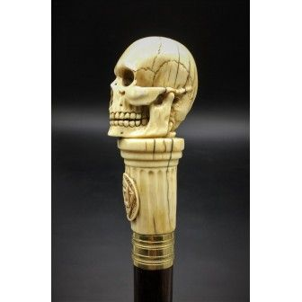 Bastón de marfil con un cráneo y símbolos masónicos. Echale una ojeada en: https://www.entredosantiguedades.com/es/objetos/534-bast%C3%B3n-de-marfil.html