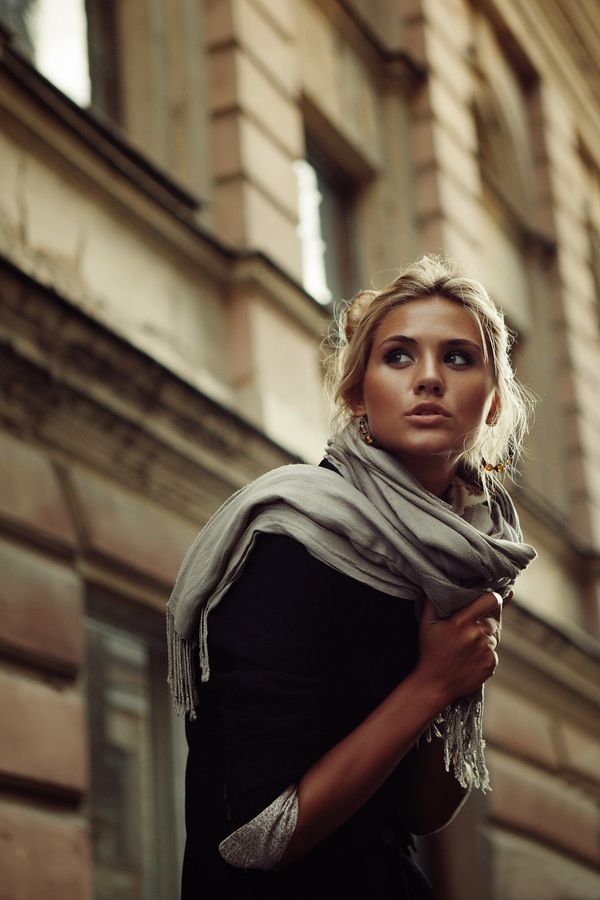 the scarf, the lighting, the architeture, her dewy skin, her messy bun.