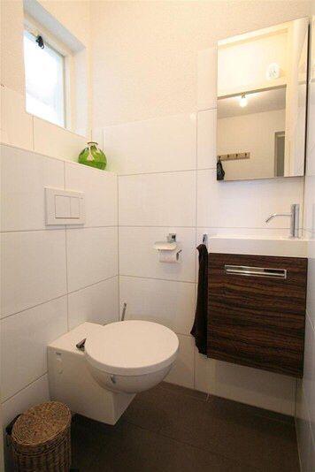 Preciosa toilet met Thebalux notenhout toilet meubel en hoogglans witte tegels door Ennovy badkamers