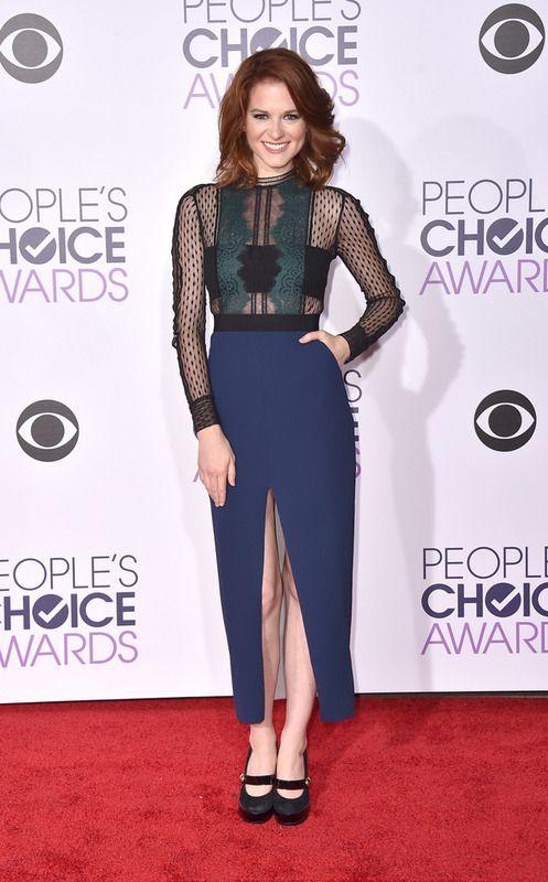 Muy original el vestido de Sarah Drew en negro, azul y verde con encaje y transparencias.