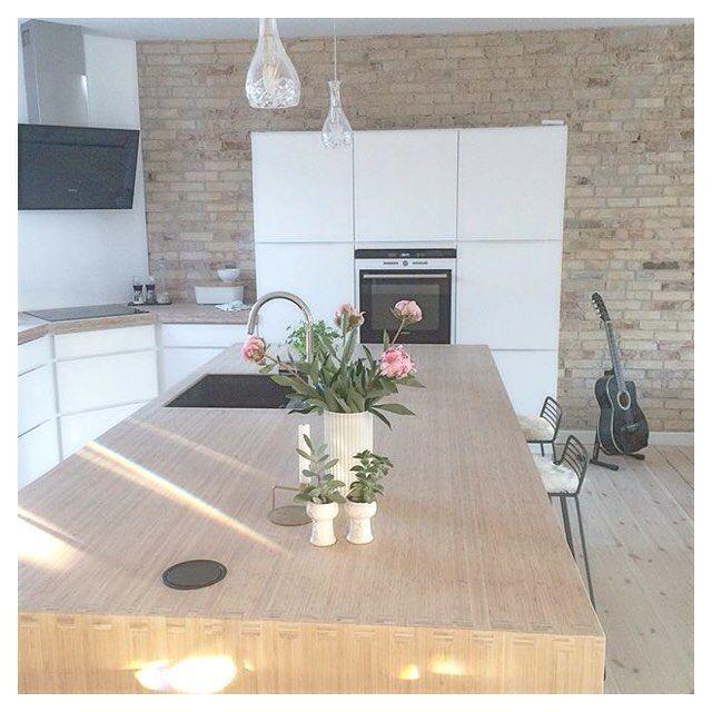 Sunshine in @jannieklint's beautiful #manobykvik kitchen ☀️ Happy Thursday everyone ❤️#kvikkitchen#kvik#sunshine#thursday
