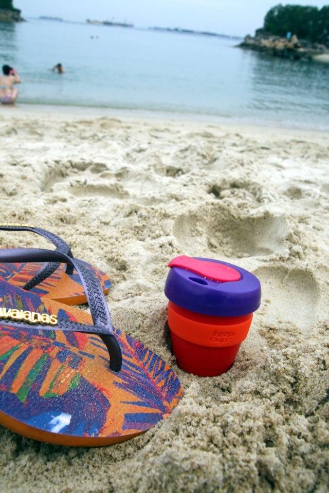 KeepCup a jeho lenošení na pláži.... (Singapore)