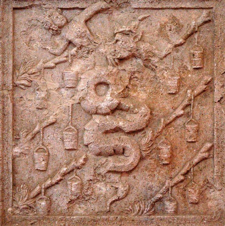 Impresa Visconti-Sforza/Seconda metà del XV sec/Lastra di marmo, cm65x63x12,5/Vi è raffigurata la grossa biscia dei Visconti che vomita un bambino e che gli Sforza adottarono dallo stemma dei duchi di Milano a testimonianza della loro legittima discendenza