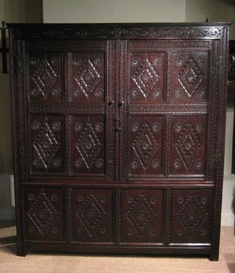 THE TWO DOORS WITH IRON H HINGES AND DEEPLY CARVED FRONT WITH DIAMOND LOZENGE PATERNS FLANKED BY DAISY WHEELS. & 1005 best Vroege toegepaste kunst images on Pinterest | 17th ... pezcame.com