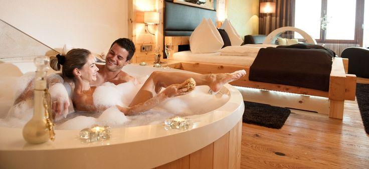 In diesen Hotels wird Euer Zimmer zum Wellnesstempel: Bucht ein Zimmer mit Whirlpool in Bayern, Österreich oder Berlin.